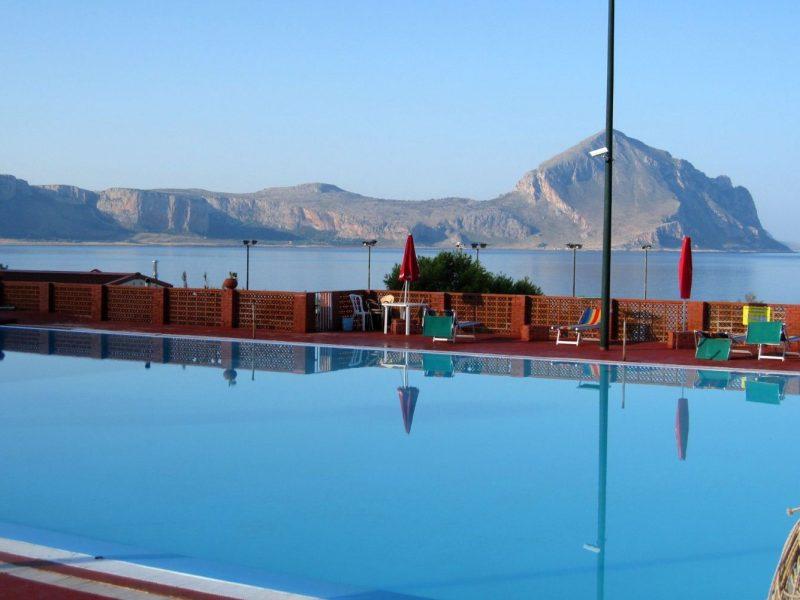 Camping El Bahira zwembad zee